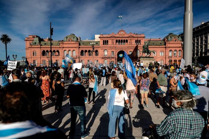 En la quinta presidencial de Olivos se registraban incidentes e intercambio de golpes entre agrupaciones sindicales y fuerzas opositoras.