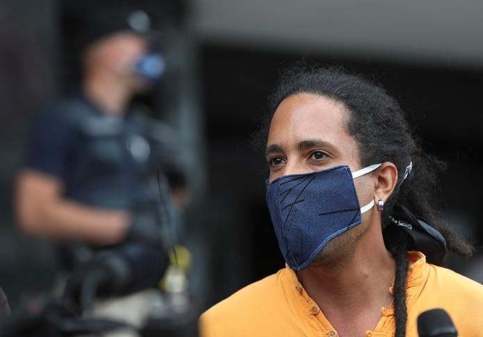 El líder de Comedores Sociales, Giovanni Roberto Cáez, de 37 años, fue arrestado hoy durante la Caravana por la Vida que fue convocada para manifestarse frente a varias agencias de gobierno.