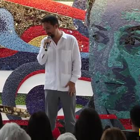 Lin Manuel inaugura una placita en Vega Alta