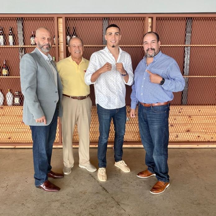 Luis Rodríguez (al centro) anunció que formará parte del grupo de talentos dela empresa promotora de Henry Rivarlta (izquierda). Durante una visita, estuvo acompañado por Francisco Valcárcel y Tony González.