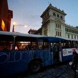 Incendian guagua pública frente al Palacio Nacional de Guatemala
