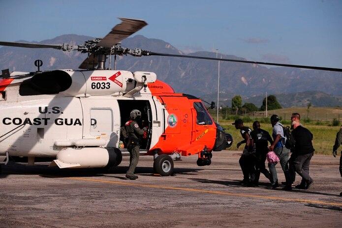 Heridos son trasladados a un helicóptero de rescate de Estados Unidos en el aeropuerto de Les Cayes, el 16 de agosto de 2021. EFE/Orlando Barría