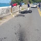 Motociclista y pasajera heridos al chocar con una guagua en Isla Verde