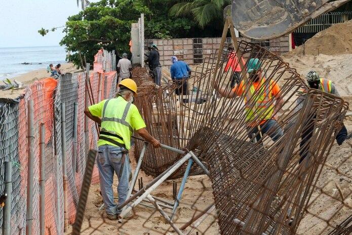 Construcción en el condominio Sol y Playa, en Rincón.