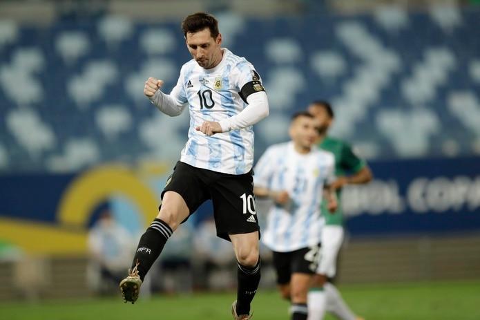 Lionel Messi celebra su segundo gol del partido, en pateada de penalty en el juego ante Bolivia.