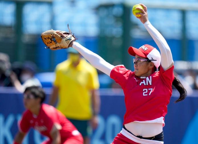 La lanzadora Miu Goto, de Japón, realiza un envío durante el encuentro inaugural del sóftbol femenino y de las Olimpiadas Tokio 2021.