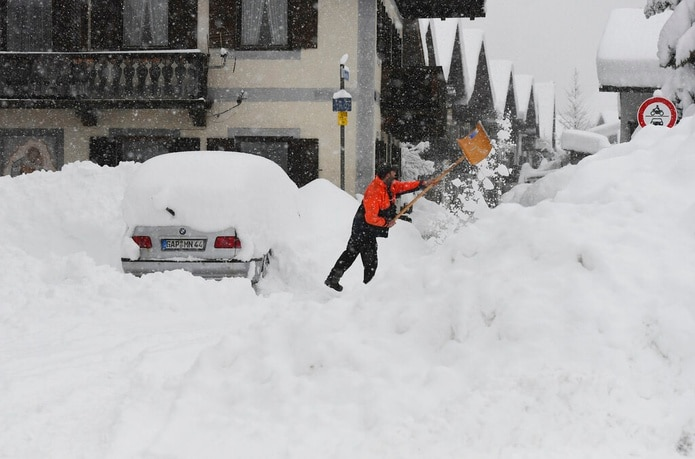 Un hombre quita la nieve de su auto hoy en Garmisch-Partenkirchen, al sur de Alemania.