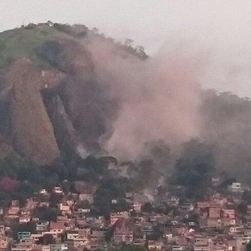 Enorme piedra cae sobre viviendas en Brasil