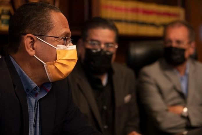 """Los legisladores populares Jesús Santa, Rafael """"Tatito"""" Hernández y Juan Zaragoza tras su reunión con cuatro miembros de la Junta de Supervisión Fiscal."""