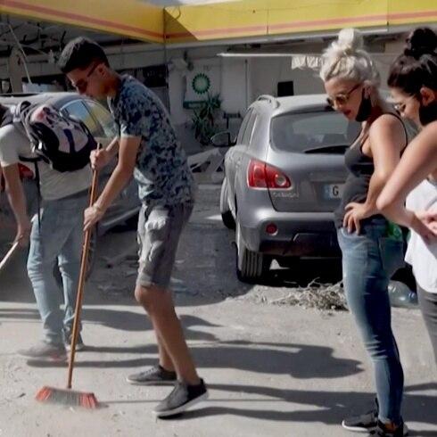 """Limpian a Beirut con escobas: """"Estamos haciendo lo mejor que podemos"""""""