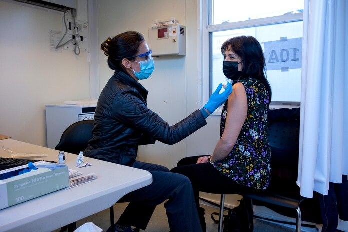 Los datos reflejan que a Nueva York le está costando poner vacunas al mismo ritmo que las recibe, ya que en total se han distribuido por la ciudad cerca de 670,000 dosis, por lo que unas 430,000 están aun en las cámaras frigoríficas de los hospitales y centros de vacunación.