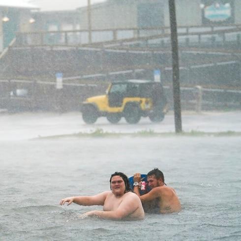 Marejada ciclónica y lluvias del huracán Sally inundan calles en la costa del Golfo