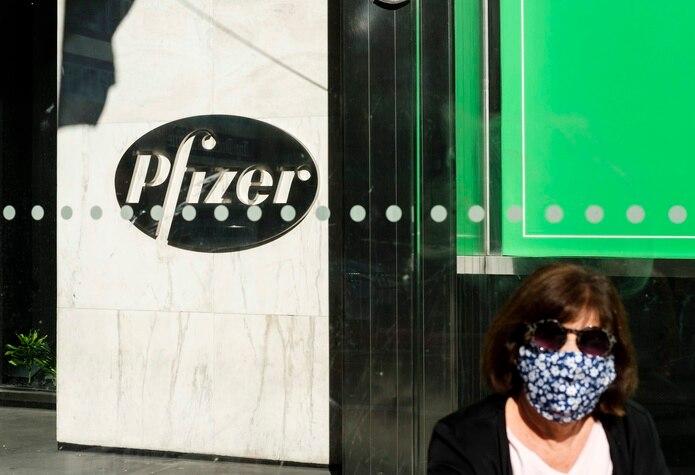 En el caso de Pfizer, la compañía ha dicho que su pastilla, que se tomaría dos veces al día y que es parecida en su diseño a la de Shionogi, podría estar lista para salir al mercado tan pronto como este año.