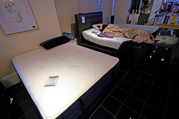 Dialina González duerme en el interior de la tienda Furniture que abrió como un refugio en Houston Texas