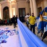 Miles de argentinos despiden a Diego Maradona