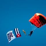 """Paracaidistas saltan contra la """"dictadura"""" cubana en Miami"""