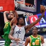 Bradley Beal anota 43 puntos y los Wizards sorprenden al Jazz