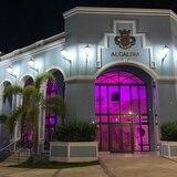 Alcaldía de Fajardo se ilumina de rosa para concienciar sobre el cáncer de seno