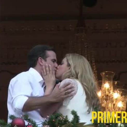 Ricardo y Beatriz Rosselló se besan en el balcón