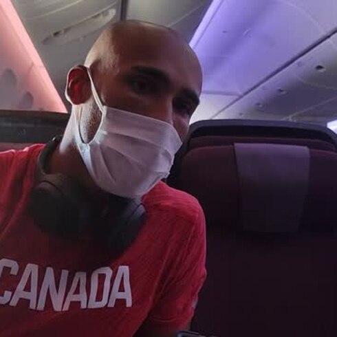 De tú a tú con una estrella del atletismo en el avión a Tokio