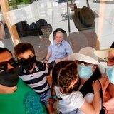 El coronavirus obliga a celebrar a los padres a través de cristales o pantallas