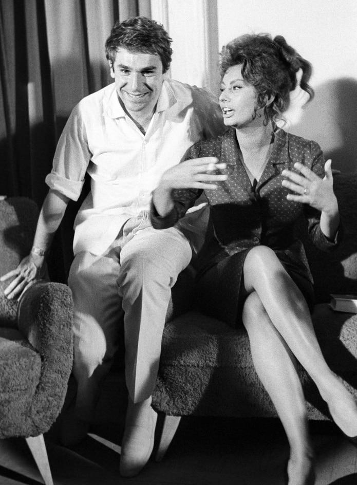 """Robert Hossein junto a la actriz italiana Sofía Loren en los estudios de """"Sevilla Films"""" en 1961."""