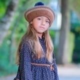 Aläia modela para marca de ropa infantil