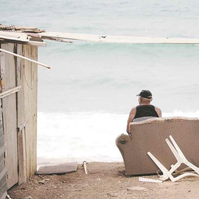 Don Ángel Luis Rosa, de 77 años, ha sido testigo de cómo el mar ha reclamado más espacio, poniendo en peligro su residencia y llevándose otras estructuras (teresa.canino@gfrmedia.com)