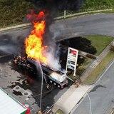Bomberos extinguen camión con combustible incendiado en gasolinera de Canóvanas