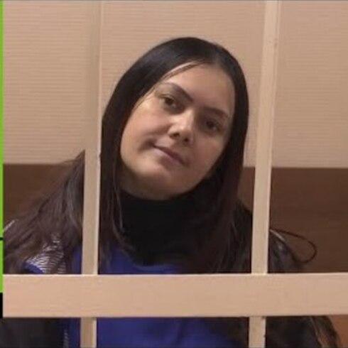Sospechosa de decapitar a niña en Rusia llega sonriente al tribunal