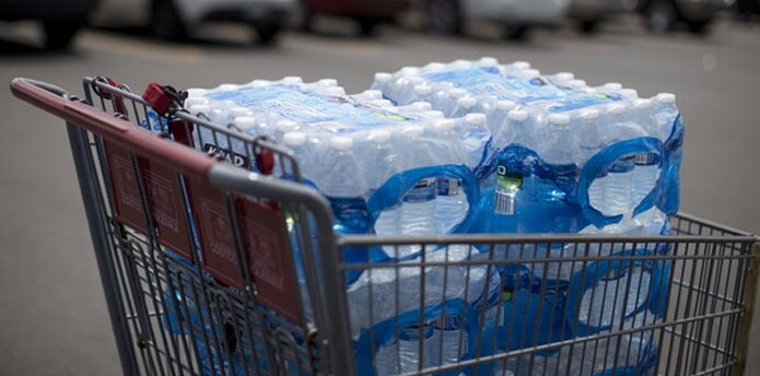 En un recorrido de Primera Hora por el área de Bayamón, saltaba a la vista las botellas de agua en carritos de compra de los clientes. (Archivo)