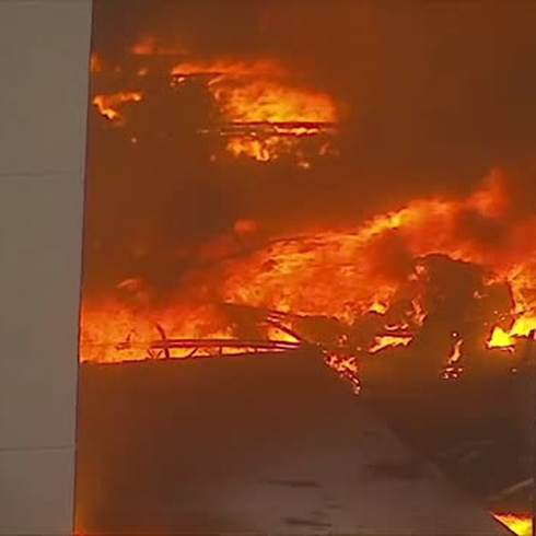 Fuego masivo en almacén de Amazon