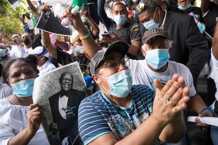 Seguidores del merenguero dominicano Johnny Ventura acompañan el cortejo fúnebre que recorre varias calles del sector capitalino de Villa Juana, donde nació el intérprete en 1940, durante un acto popular celebrado para despedirlo en el Palacio de los Deportes de Santo Domingo, República Dominicana.