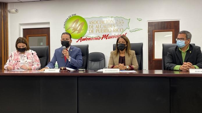 De izquierda a derecha: senadora Migdalia González Arroyo; el presidente de la Asociación de Alcaldes, Luis Javier Hernández; la alcaldesa de Salina, Karilyn Bonilla Colón; y el alcalde de Vega Baja, Marcos Cruz Molina.