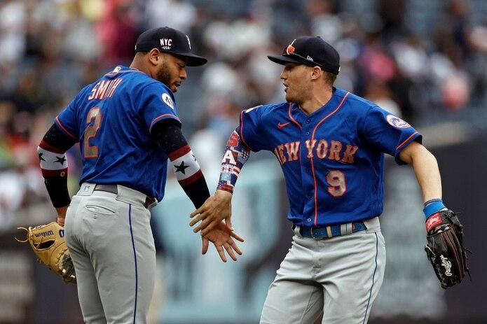 El inicialista de los Mets, Dominic Smith (2), y el jardinero Brandon Nimmo, festejan el triunfo del sábado sobre los Yankees de Nueva York en el Yankee Stadium.