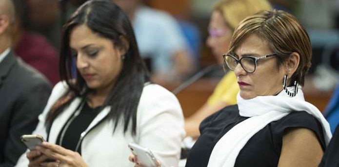Vázquez, a la izquierda, se reúne hoy con la secretaria de la gobernación, Zoé Laboy, a la derecha. (archivo)