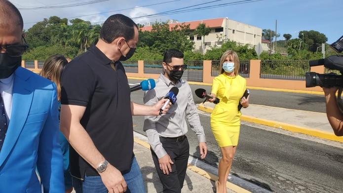 Jensen Medina Cardona en las afueras del Tribunal de Fajardo.