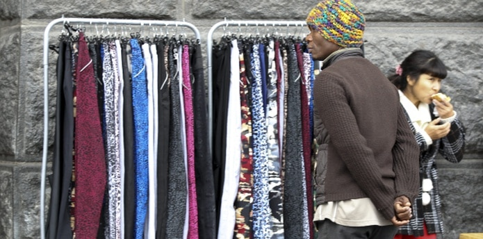 En Argentina una mujer muere cada 30 horas por violencia de género. En la imagen un hombre con una fémina en un puesto de ropa ambulante de Buenos Aires.(AP)