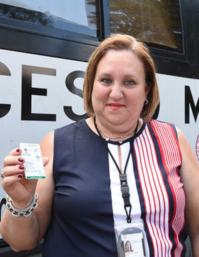 La directora de la Oficina de Sustancias Controladas, Mayra Maldonado, muestra la tarjeta de autorización para la compra de cannabis medicinal. (Ingrid Torres / Para Primera Hora)