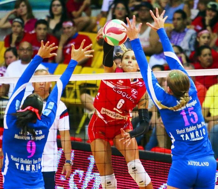 Stephanie Enright, al centro, aportó 14 puntos en la victoria de las Criollas de Caguas el sábado sobre las Leonas de Ponce.