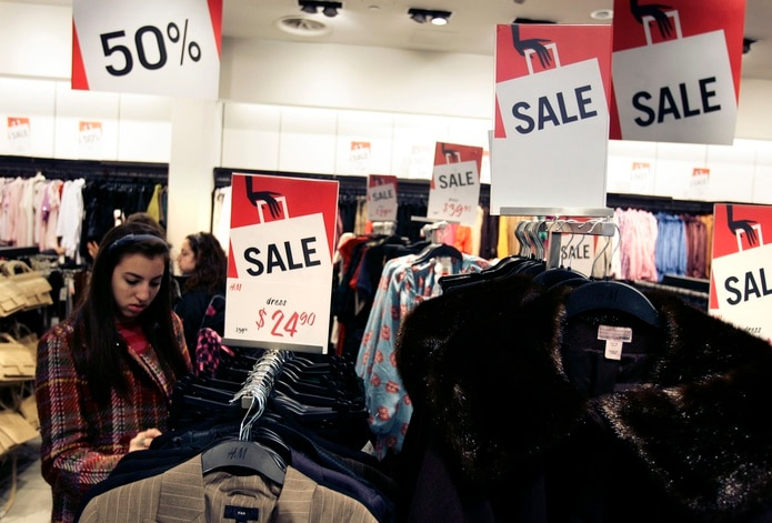 Las tiendas de ropa de jóvenes y caballeros aumentan en promedio un 193.2% en diciembre y la de ropa de damas un 111.2%, seguidas por las de calzado, con un alza de 94.7% y joyería, con 94%. (Archivo)