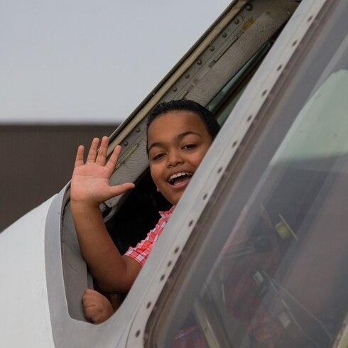 ¡Sorpresa! Niño boricua se emociona al montarse en avión de FedEx