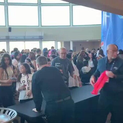 Niñas y niños reciben su camisa de Daddy Yankee
