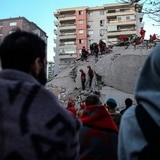 Rescatan a dos menores en Turquía tras 65 horas bajo los escombros del terremoto