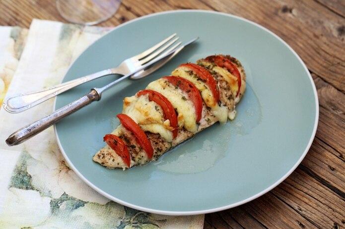 Pechuga de pollo con mozarella y tomate.