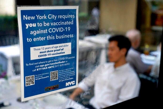 Aviso colocado en un restaurante que solicita a los comensales estar vacunados contra el COVID-19 para recibir el servicio, en Manhattan, Nueva York, el 13 de septiembre de 2021.
