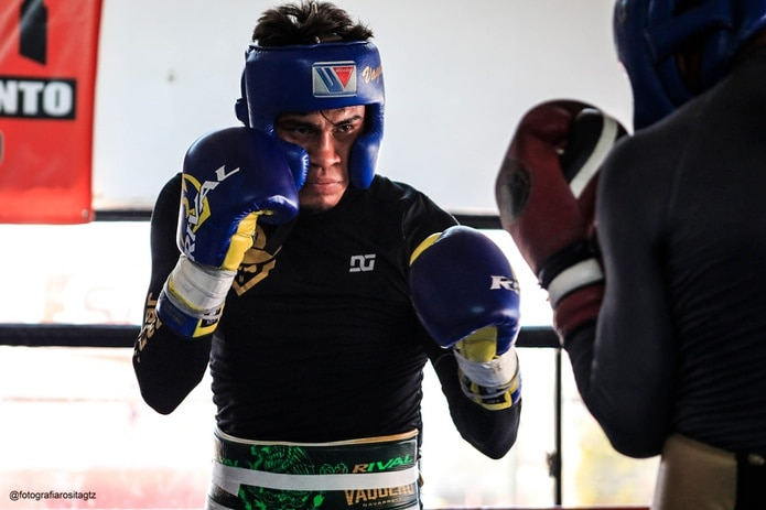 Emanuel Navarrete pretenderá usar su ventaja en alcance para dominar a Christopher Díaz.