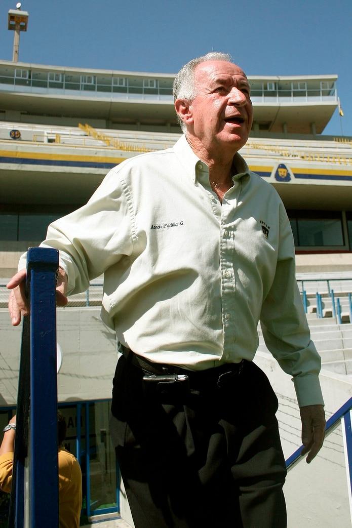 El expresidente de los Pumas de la Universidad Nacional Autónoma de México (UNAM), Aarón Padilla durante el entrenamiento del miércoles 2 de noviembre de 2005.