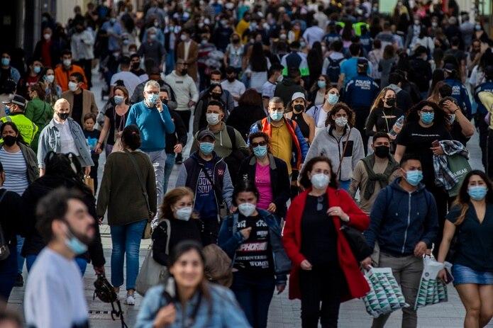 Unas personas caminan en el centro de Madrid.