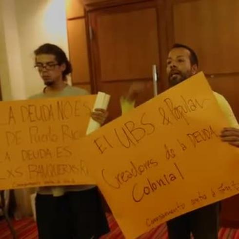 Manifestantes le reclaman a ejecutivos en Foro Promesa